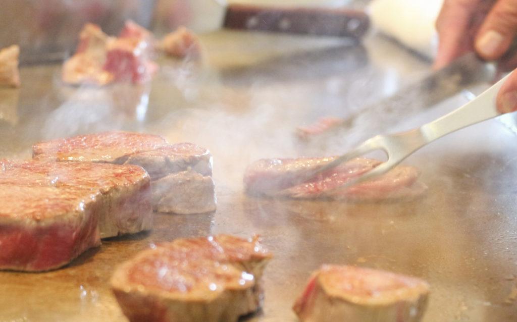 シェフが鉄板で焼く高級店のステーキってなぜ美味しいか知ってる?