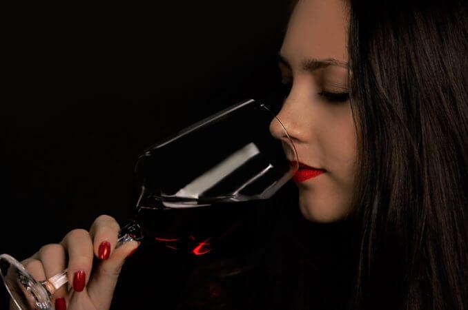 イタリアンワインを飲む美女