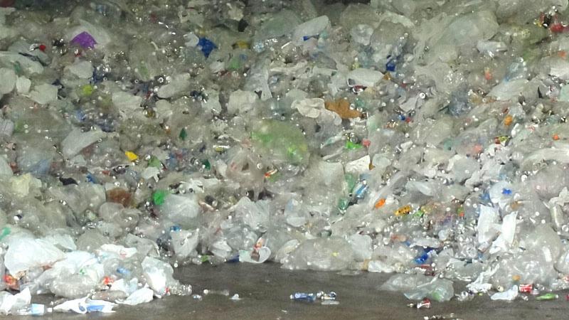 ペットボトルのゴミの山