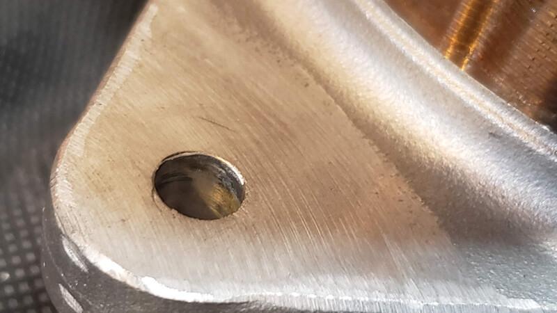 オルタネータのブラケットを削って微調整する