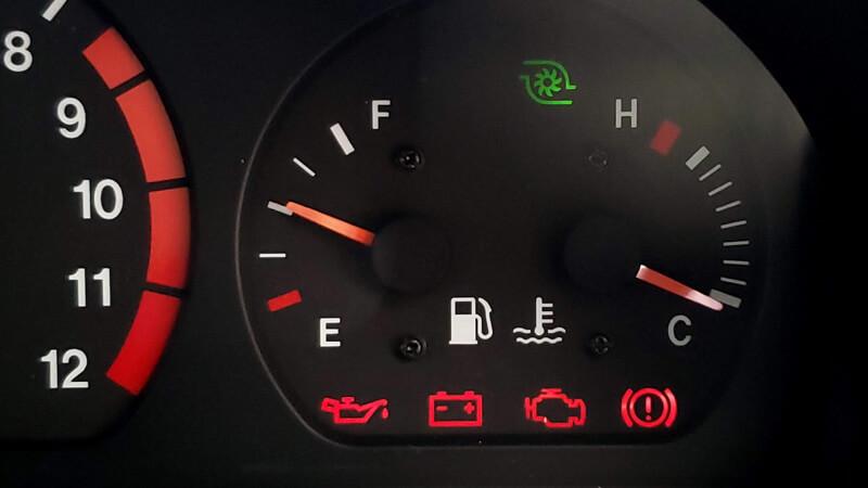 充電警告灯がついていたらバッテリーよりオルタネーターの故障が原因です
